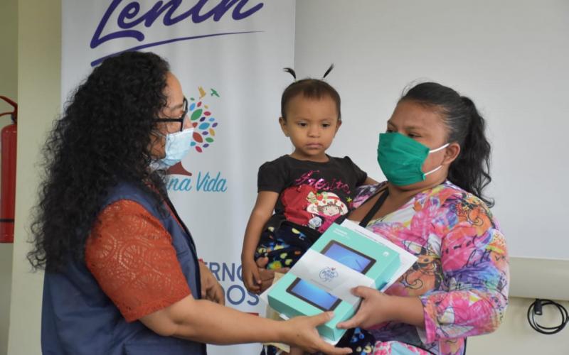 MIES entrega tablets a madres guayaquileñas