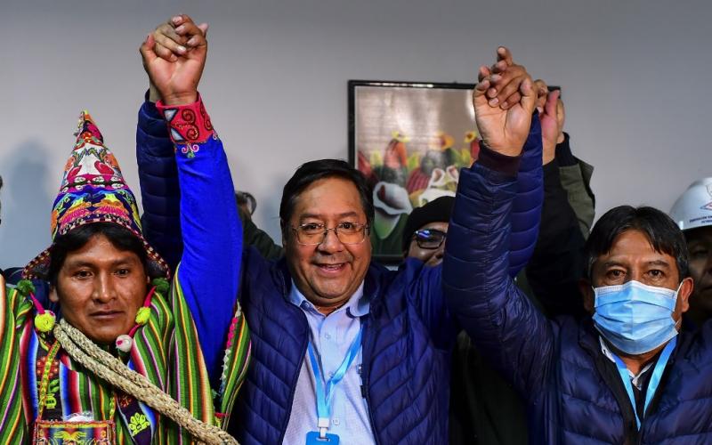 """La presidenta transitoria derechista de Bolivia, anuncia victoria del """"delfín"""" de Evo Morales."""