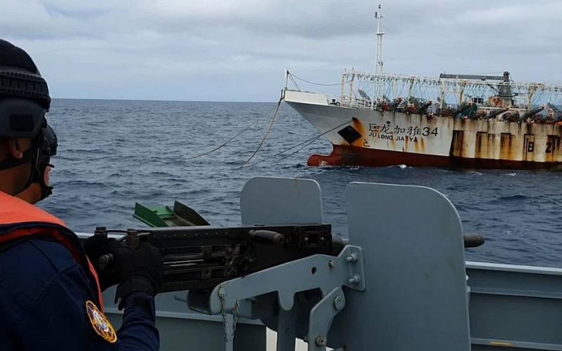 China prohíbe afanarse cerca de las islas Galápagos