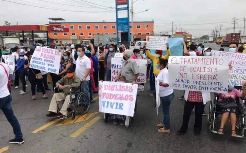 Pacientes de unidades de diálisis de la provincia de los Ríos bloquearon carretera como disposición de protesta