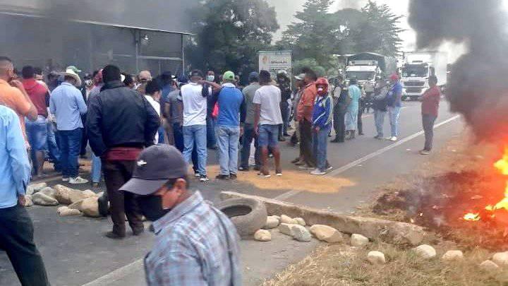 AGRICULTORES DEL GUAYAS BLOQUEAN VÍAS EN PROTESTA A PEDIDOS QUE NO HAN SIDO TOMADOS EN CUENTA