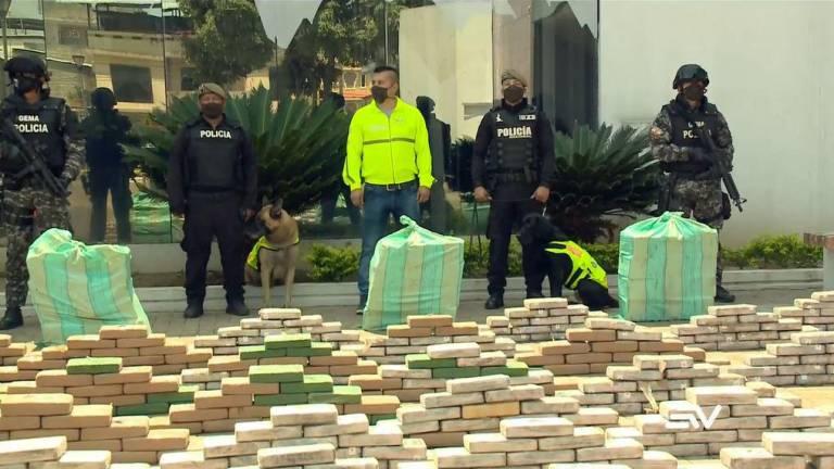 EL OLFATO DE UN CAN PERMITIÓ HALLAR UNA TONELADA DE DROGA EN GUAYAQUIL